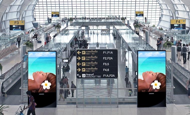 Le panneau écran géant SHENZHEN Multimédia SH 01 a l'avantage d'être INDOOR/OUTDOOR. Il peut se placer aussi bien dans un aéroport que dans une gare, ou dans tout autre endroit en lien avec les transports.