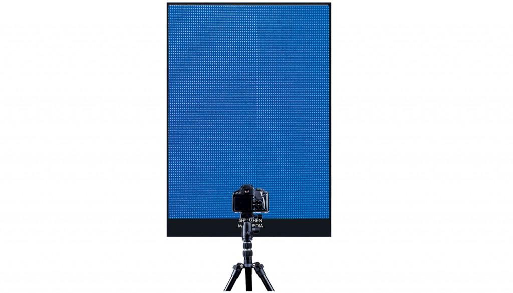 La calibration des images de l'écran digital LED se fait grâce à une caméra dans notre usine en France