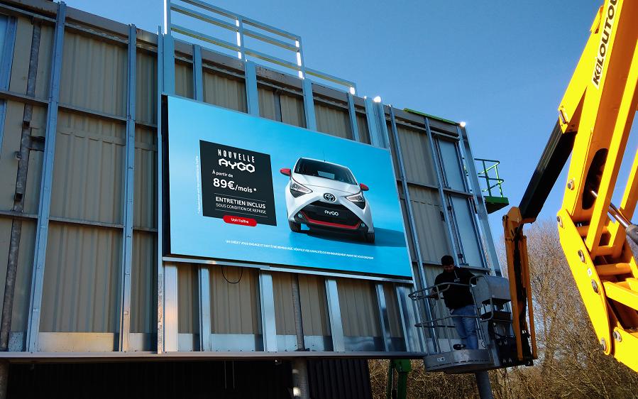 Un écran géant haute définition s'intègre sur la concession Toyota de Lanester
