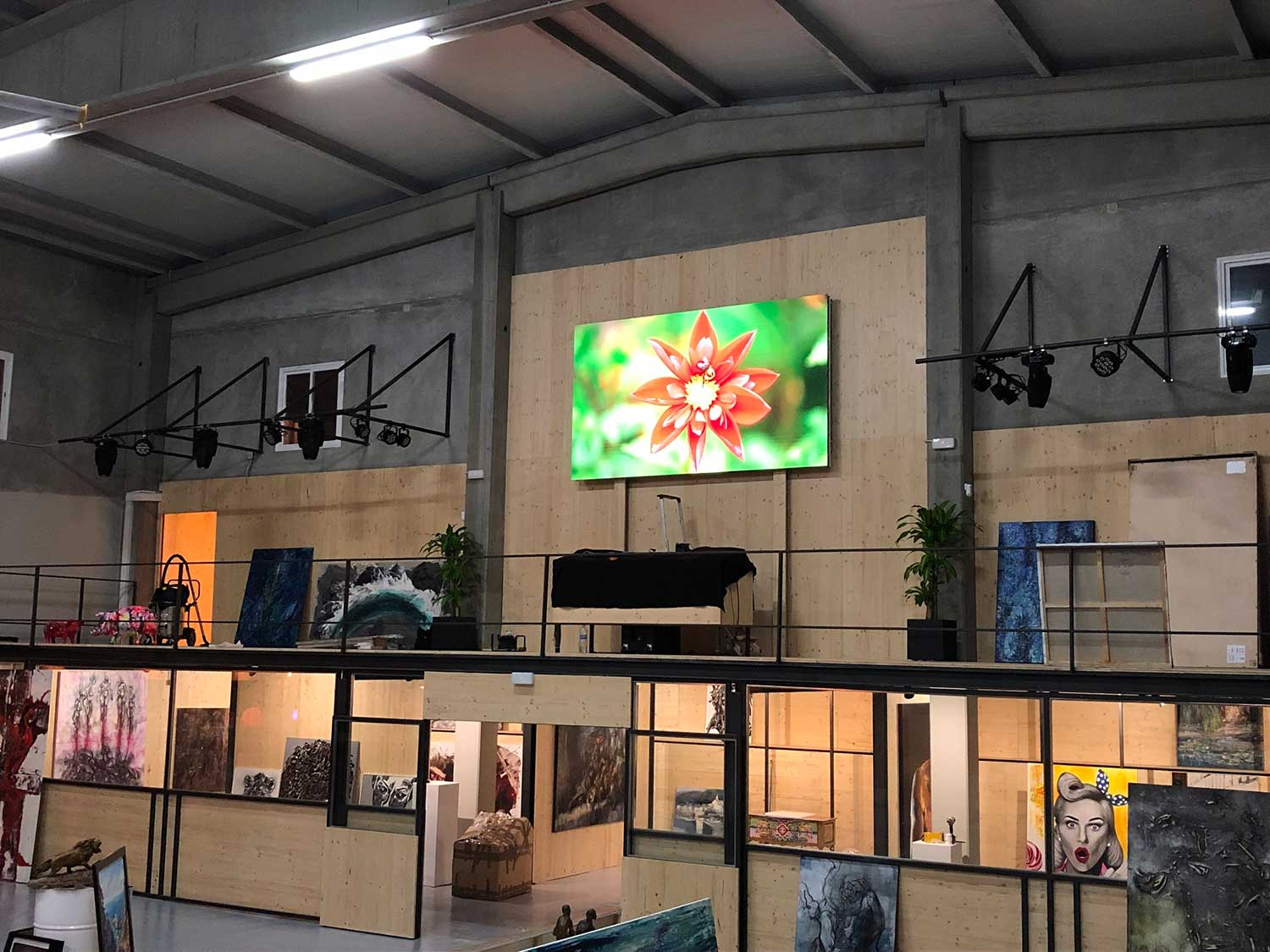 Une TV LED grand format Shenzhen® sublime la galerie d'art la plus chic de Barcelone